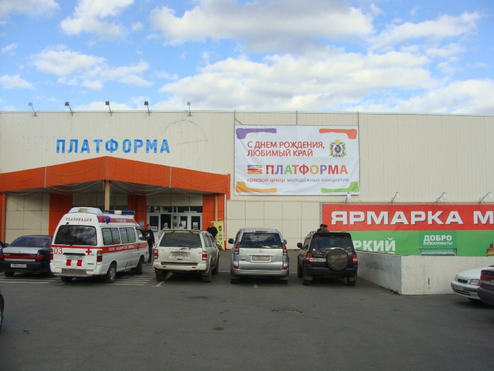 В хабаровске прошло празднование дня российского флага по центральным улицам города проехала автоколонна из ретро и
